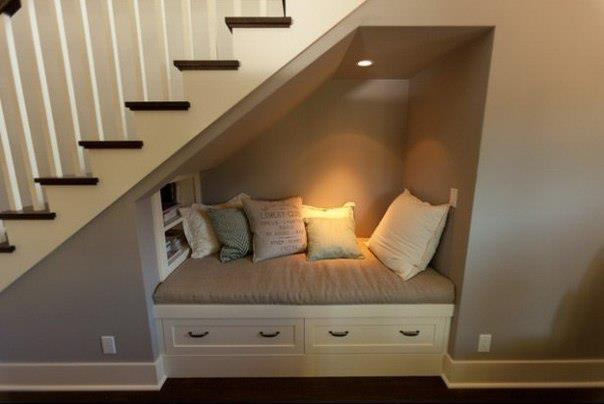 Embaixo da Escada.